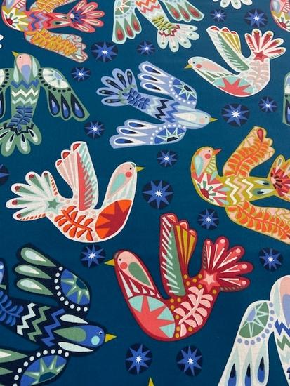 Tissu coton enduit oiseaux multicolores fond bleu